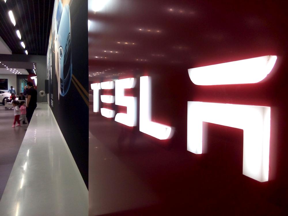 Tesla北京体验展厅-树脂发光标识
